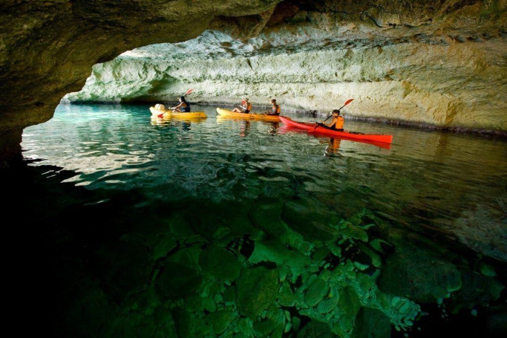 Descobrint l'interior d'una cova amb kayak (Foto: Artiem).