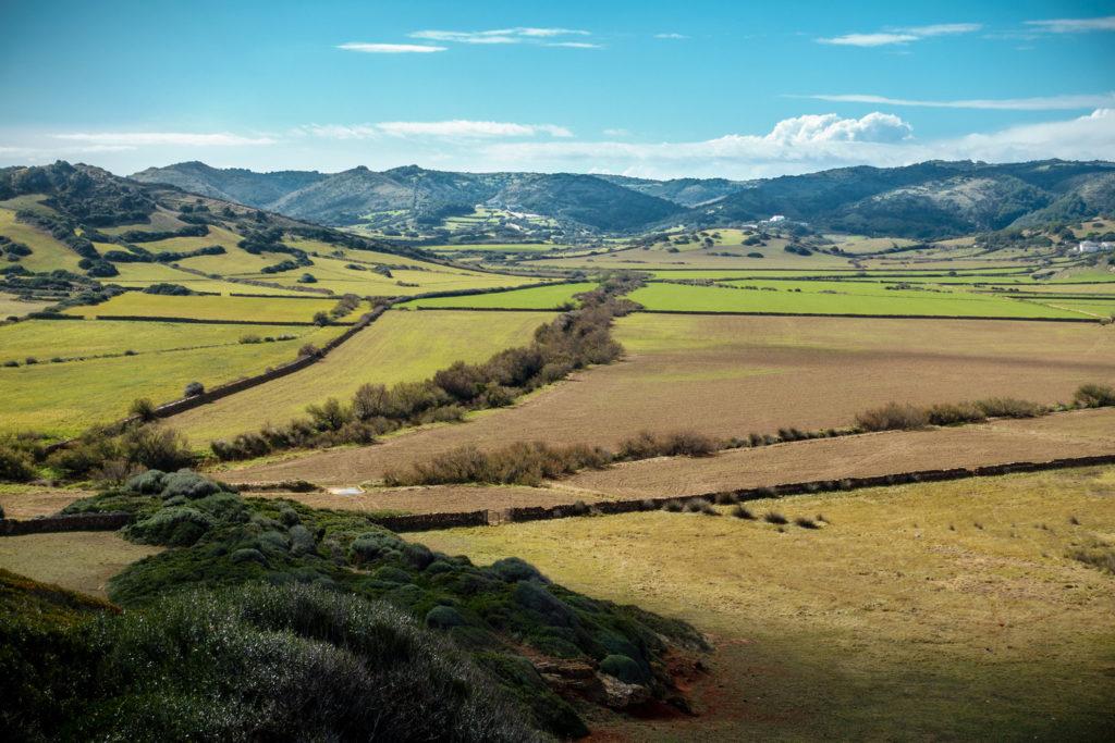 El típic paisatge de mosaic caracteritza la Menorca rural d'interior.