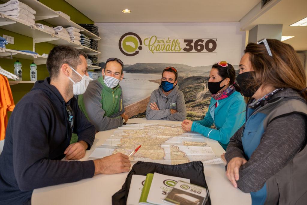 Tu gaudeixes de la ruta i els paisatges i l'organització de Menorca 360º ens encarreguem de tota la resta.