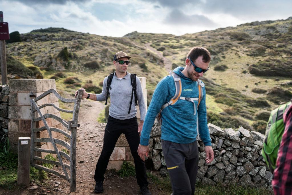 Un grup de senderistes obre una barrera d'ullastre (Foto: Jordi Saragossa).