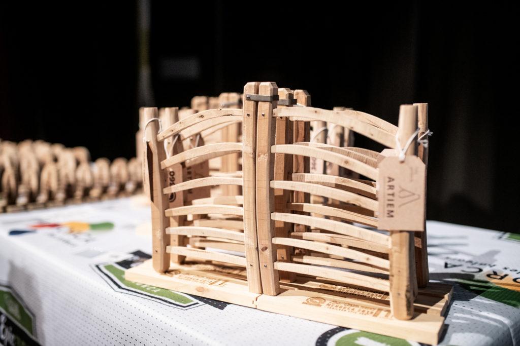 Trofeu de l'Epic Camí de Cavalls 360º, que representa una barrera d'ullastre (Foto: Oriol Batista).