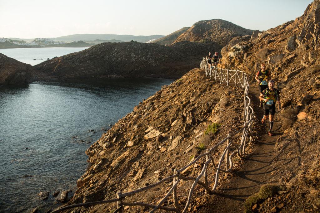 Una llarga barane d'ullastre protegeix un tram exposat del Camí de Cavalls (Foto: Guillem Casanova).