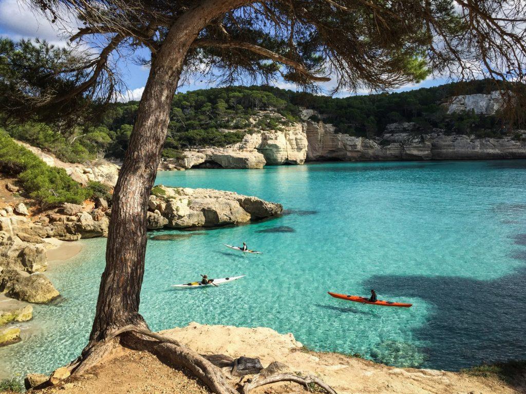 La roca calcària forma cales meravelloses a la costa sud de Menorca (Foto: Karetta Expeditions).