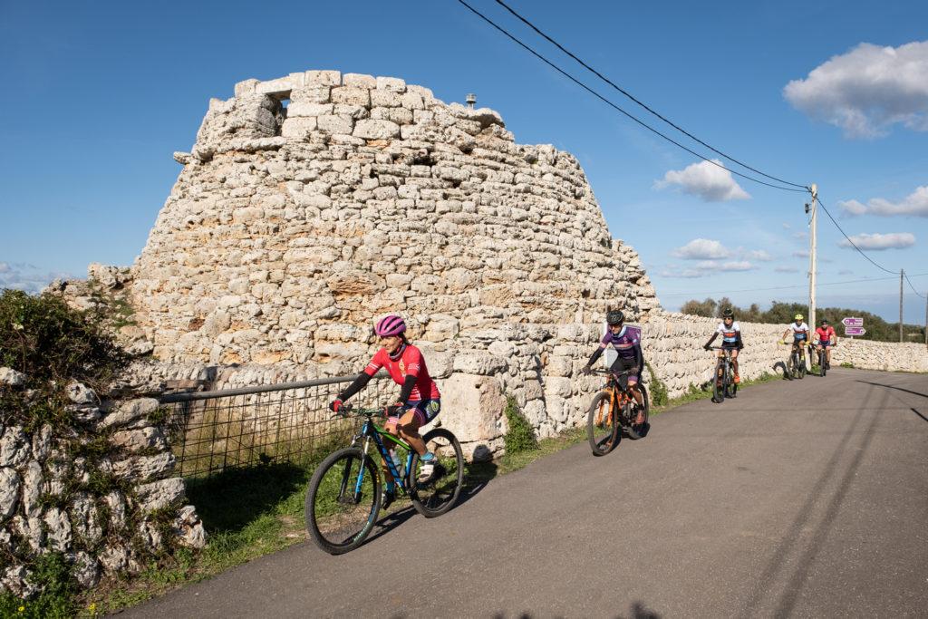 Un jaciment talaiòtic contempla el pas dels bikers.